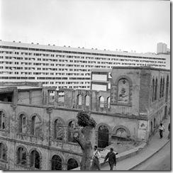 Conséquence du plan de Constantine, une barre imposante d'immeubles contraste avec des ruines anciennes situées sur les hauteurs d'Alger.