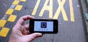 un-smartphone-avec-le-logo-du-service-uber-lors-d-une-manifestation-de-chauffeurs-de-taxi-a-bruxelles-le-13-septembre-2015_5416123